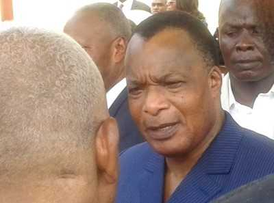 Le Président Sassou N'Guesso lors d'une discussion à Ouesso (Sangha)